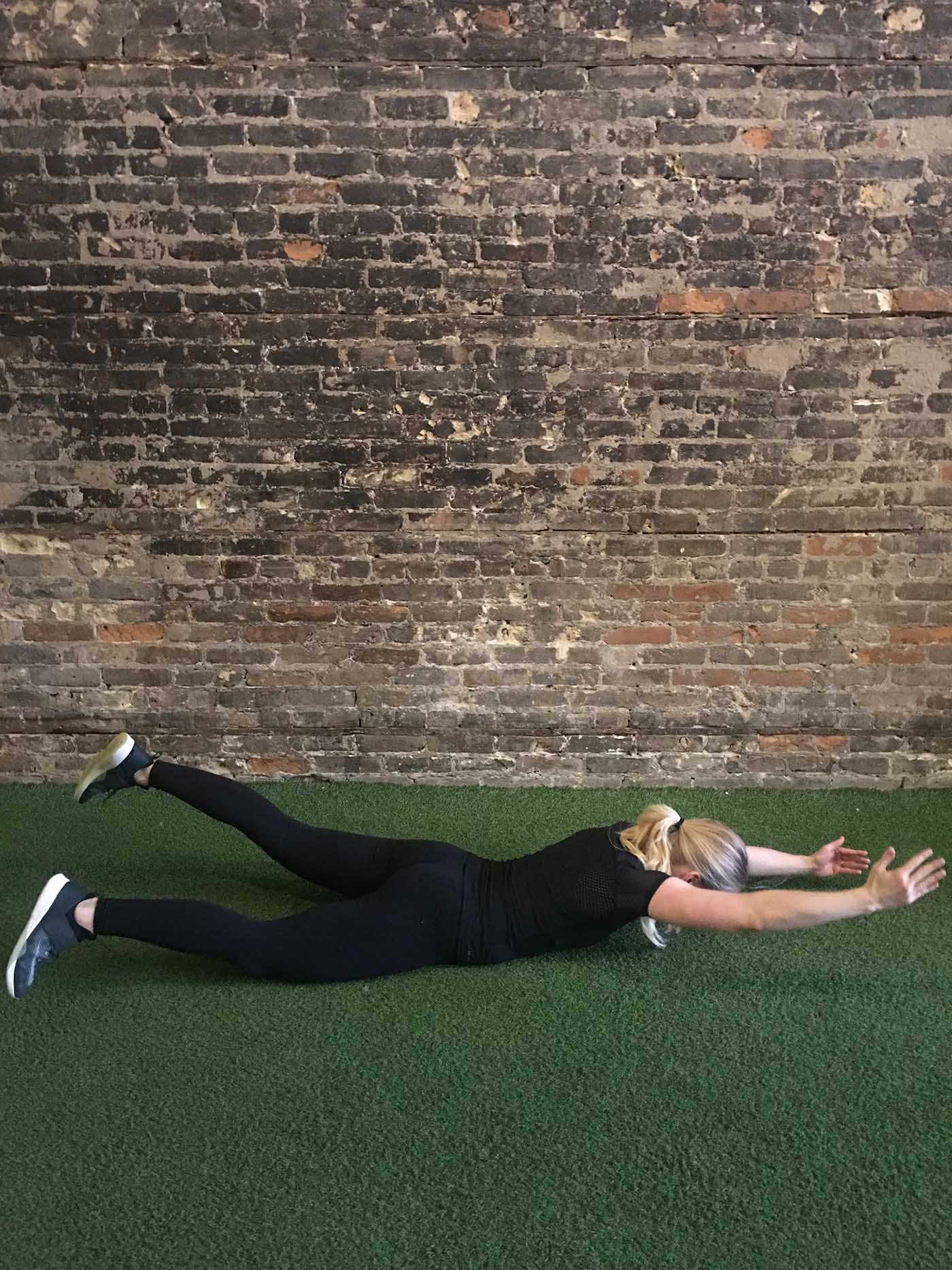 asweatlife_30-minute-workout-with-your-bodyweight-and-a-treadmill_swimmers_2